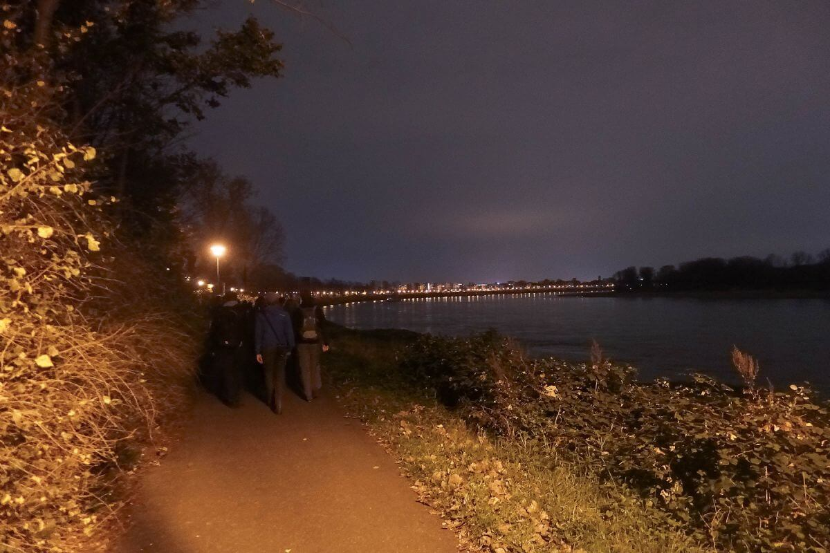 Am Ufer entlang geht es in Richtung Mühlheim